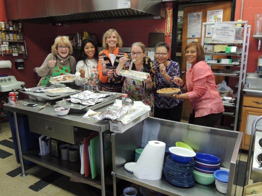 STAR staff volunteers Thanksgiving meal