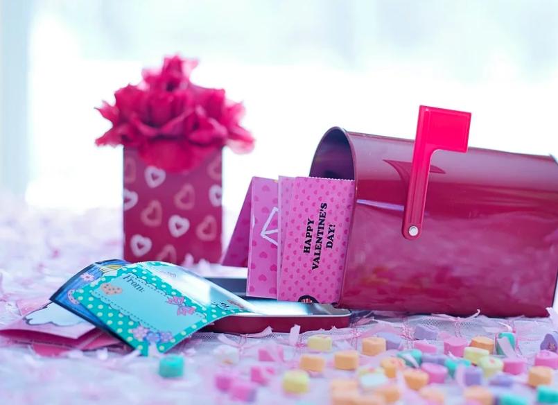 https://pixabay.com/photos/valentine-s-day-red-mailbox-1182248/